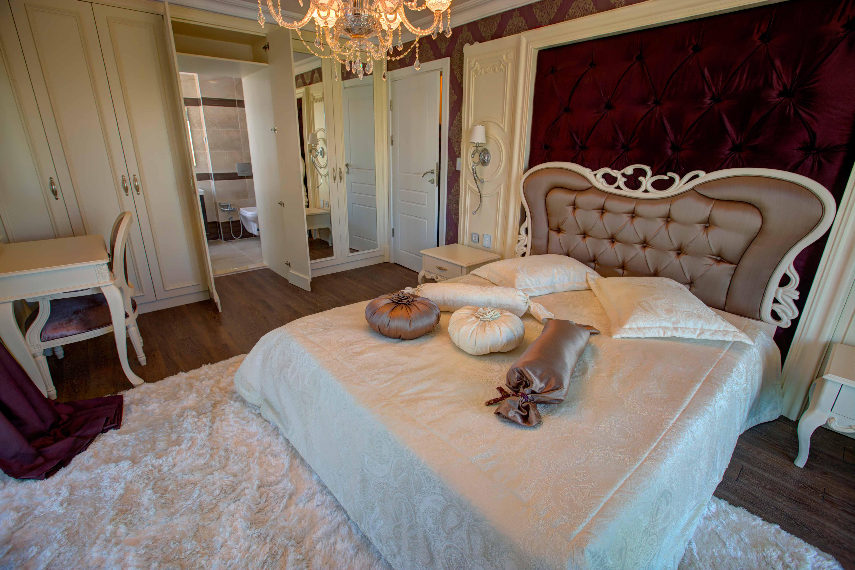 غرفة نوم الوالدين مع حمامها من الشقة النموذجية